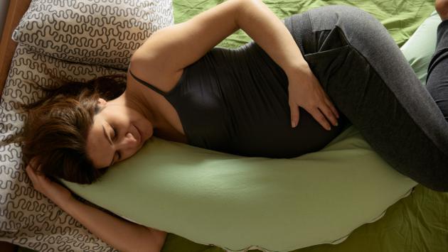 ¿Cuál es la correcta postura para dormir durante el embarazo?