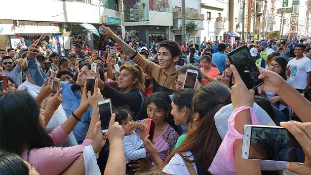 Daniel Lazo regaló concierto gratis a las madres en su día