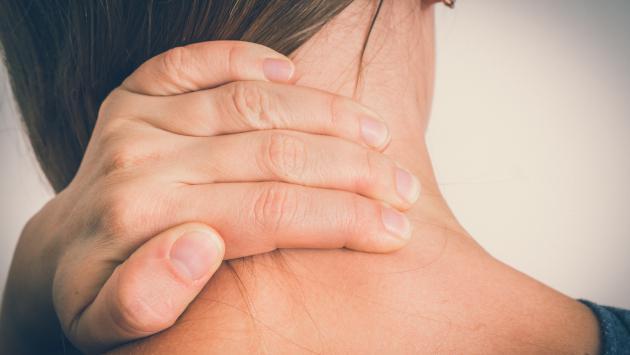 Evita los dolores de cuello dejando de lado estos hábitos