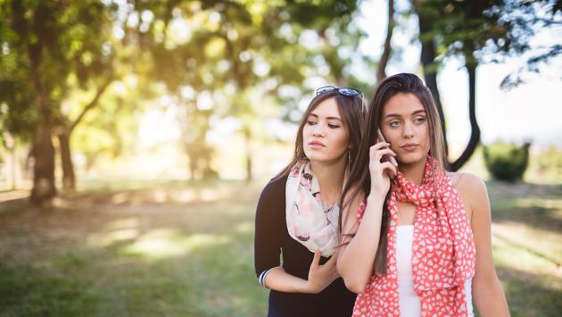¿Sueles alejarte de tus amigos al iniciar una nueva relación?