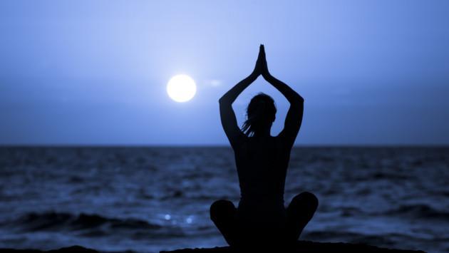 El 'glowga' o yoga en la oscuridad, la nueva tendencia en ejercicios