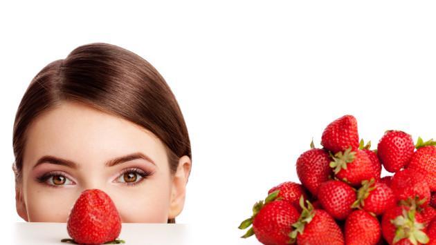 Elimina el maquillaje usando fresas