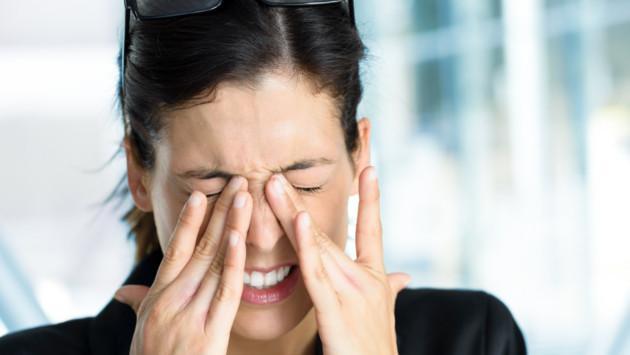 Eliminar los ojos irritados y cansados