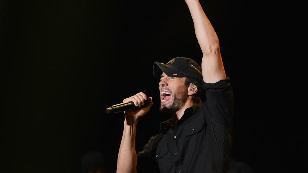 ¡Lo volvió a hacer! Enrique Iglesias le da un beso en la boca a fan