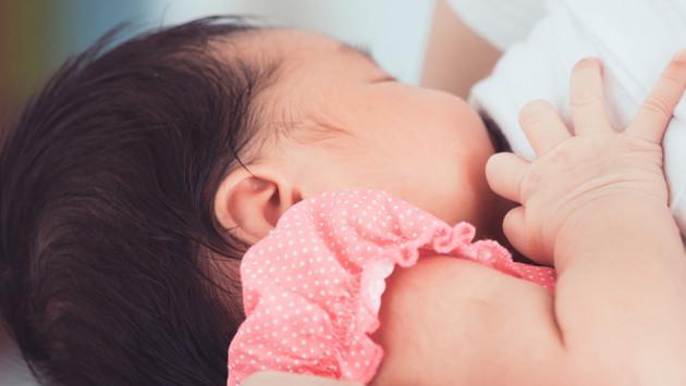 ¿Es bueno que el bebé se duerma mientras lo amamantas?