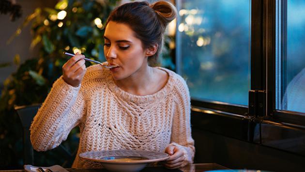 Esta es la hora ideal para cenar sin engordar