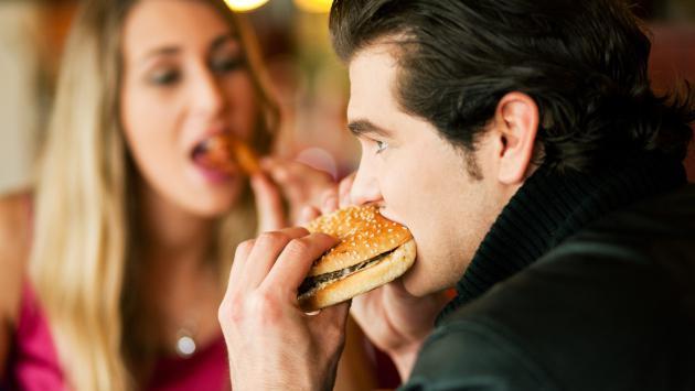 Estudio revela que las mujeres aceptan ir a una cita solo por la comida