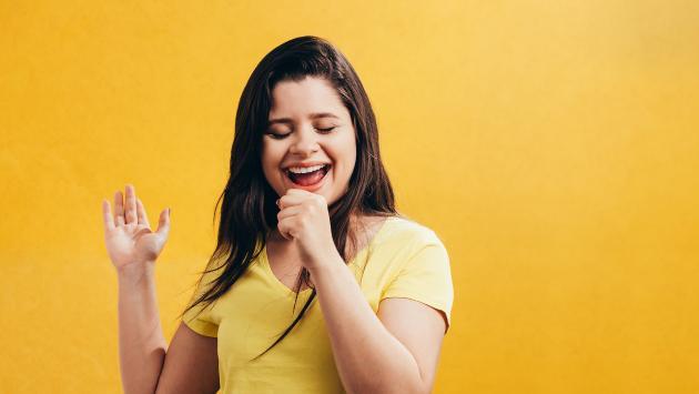 Estudio revela que las mujeres que adoran cantar son más felices