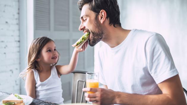 Estudio revela que los hombres con hijas viven más y son más exitosos