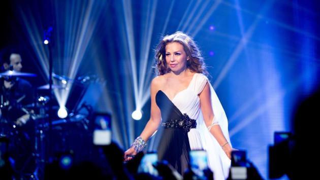 Fans casi desnudan a Thalía en pleno concierto