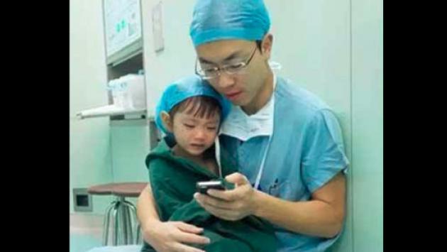 Foto de Cirujano y niña de dos años se convierten en viral