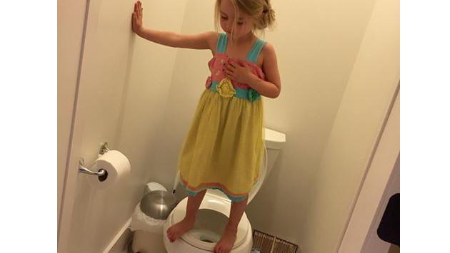 Foto de niña parada encima de un inodoro conmueve en redes sociales. Entérate aquí por qué