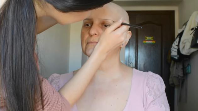 ¡Joven maquilla a su madre, quien padece cáncer, y luce así! (VIDEO)