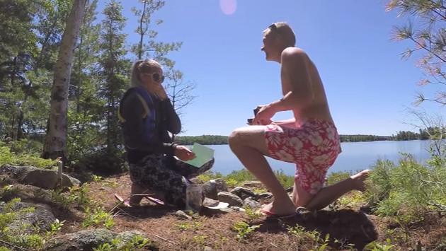 ¡Le pidieron matrimonio con una cápsula del tiempo! (Video)