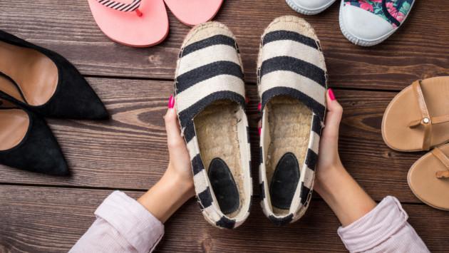 Los zapatos infaltables para mujeres con pies anchos
