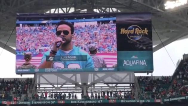 Luis Fonsi, cantando el himno de los Estados Unidos en la NFL [VIDEO]