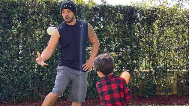 Luis Fonsi les enseña a sus hijos a jugar béisbol