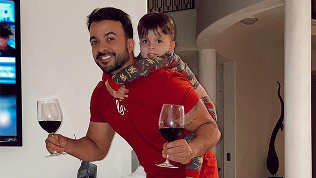 Luis Fonsi se entretiene con las tareas del hogar durante la cuarentena