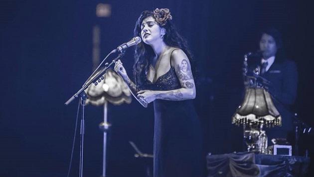 Mira a Mon Laferte cantar en el unplugged de Los Auténticos Decadentes