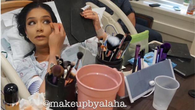 Mujer se maquilla mientras está en labor de parto y se convierte en viral