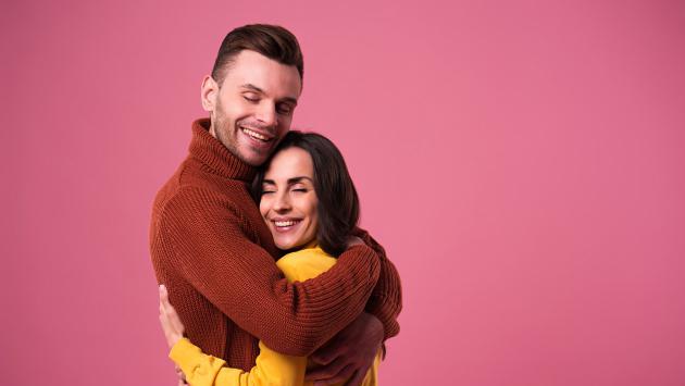 ¡Mujeres que son abrazadas diariamente por sus parejas son más felices!