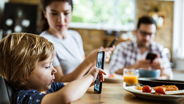 ¿Niños en casa? Corrige el mal hábito de almorzar con el celular en la mano con estos tips