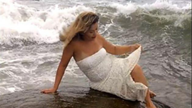 Novia es arrastrada por ola durante sesión de fotos