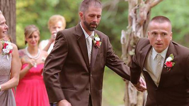 Papá de la novia detuvo la ceremonia para invitar al padrastro de su hija a entregarla en el altar