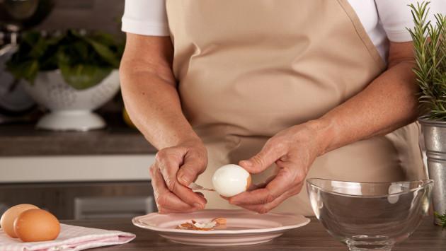 Aprende a pelar huevos usando una cuchara