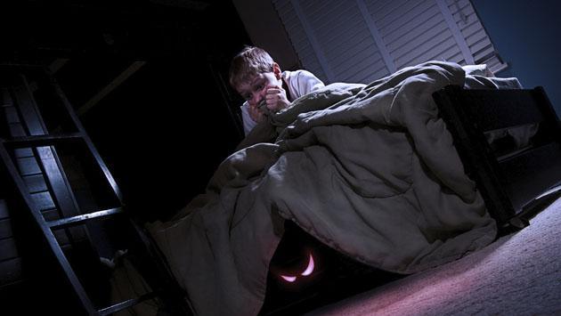 ¿Qué hacer si mi hijo le tiene miedo a la oscuridad?