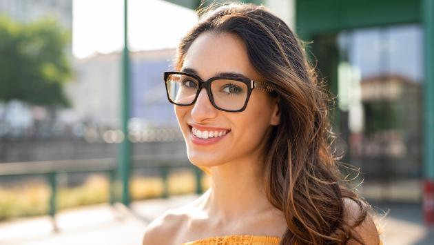 ¡Razones por las que los lentes te hacen ver más atractiva!