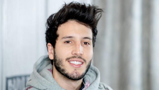 Sebastián Yatra demuestra sus habilidades para el básquet