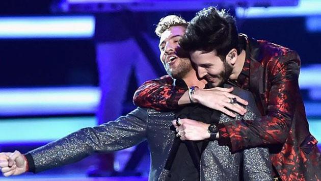 Sebastián Yatra y David Bisbal enamoraron en los Premios Latin Billboard