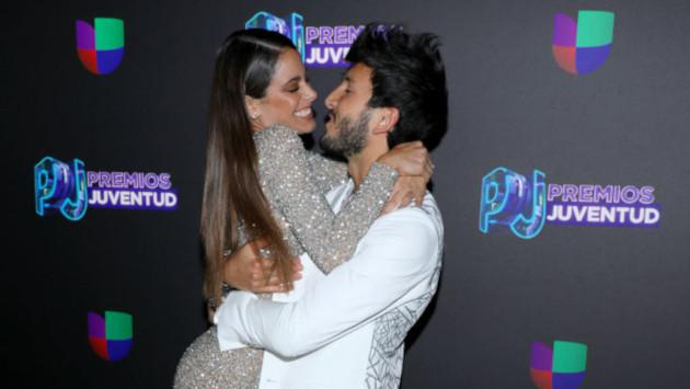 Sebastián Yatra y Tini Stoessel derrocharon amor en la alfombra roja de los Premios Juventud 2019