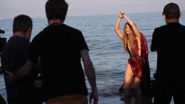Shakira muestra que no es la única ligera de ropa en el set de 'Clandestino'