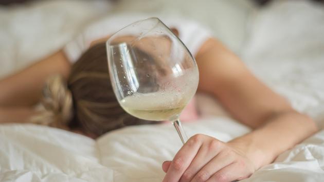 Sigue estos consejos para evitar la resaca y subir de peso a causa del alcohol