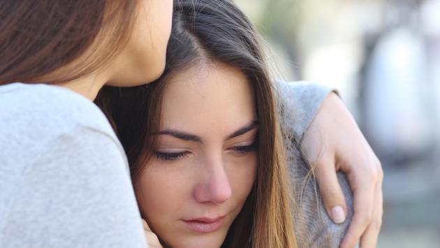 ¡Su enamorado manipula a mi mejor amiga, y no sé cómo ayudarla!