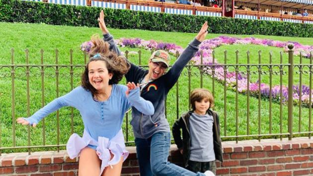 Thalía se divierte en Disneyland con sus hijos