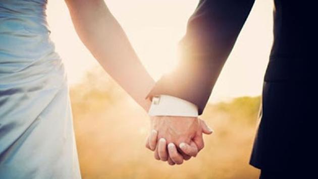 8 formas de tomar de la mano a tu pareja y lo que significan