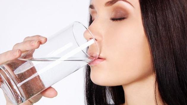 Toma agua para bajar de peso, pero tómala a esta hora