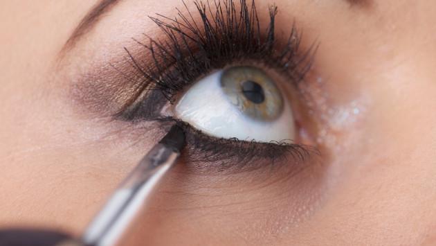 Trucos para que el delineado de ojos te dure más tiempo