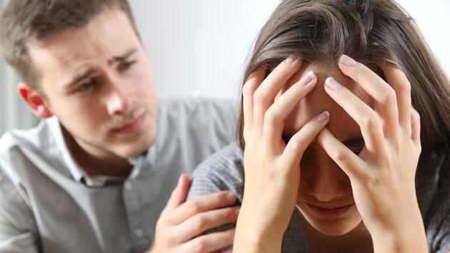 ¿Tu pareja te cela hasta en el uso de tus redes sociales?