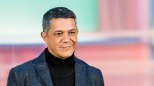 Alejandro Sanz celebra el Día del Libro mostrando su biografía