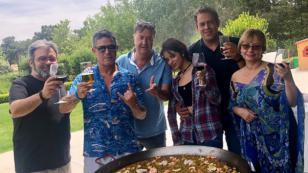 Alejandro Sanz y Camila Cabello celebran el éxito de su presentación en Madrid con una paella
