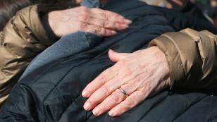 ¿Cómo quitar las manchas y arrugas de las manos?
