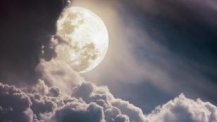 El resplandor de la luna llena