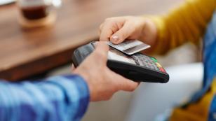 Indecopi alerta que los establecimientos que cobren demás por pagar con tarjeta de crédito serán multados