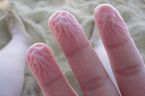 ¿Por qué se nos arrugan los dedos en el agua?