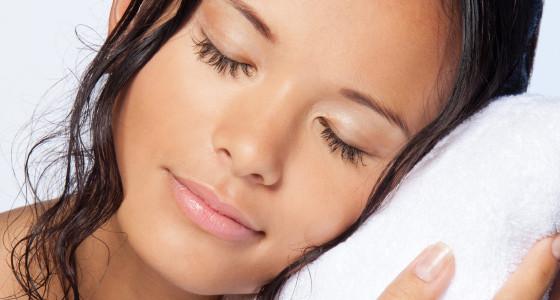 ¿Por qué no debes dormir con el cabello mojado?