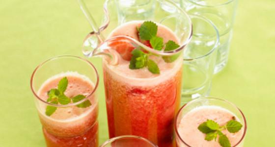 Exquisito jugo de naranja y fresas
